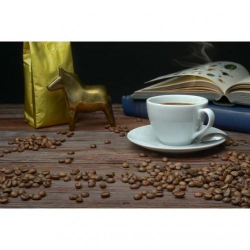 Кофе в зернах, в золотистой...